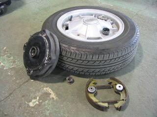 タイヤは空気圧調整、摩耗点検、外したドラム、ブレーキシューは綺麗に洗浄します。 そー言えば、このホイールはクロモドラのアルミだ!! ウーン、カッコイイナー。
