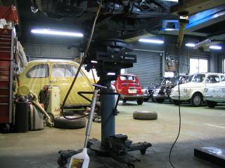 車検の場合は、ほとんどミッションオイルを交換します。 ミッションオイルの交換は自分でやろうとするとケッコウ大変ですよねー。それにエンジンオイルと違ってミッションオイルってなんかスゴイクサイし。