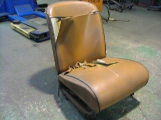 長年の使用により、ヘタリきってボロボロのシート。