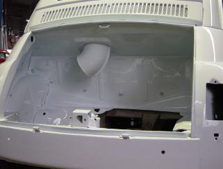 エンジンルームです。 ピッチコートを剥がし、外装と同じ塗装をしてあります。