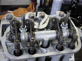 シリンダーヘッドナットを規定のトルクで締め付けてプッシュロッド、ロッカーアームASSYを取り付けた後タペット調整をします。