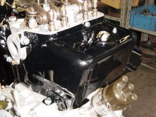 新品のサーモスタットを組み込んだサーモスタットケースをエンジン本体に組み付けます。