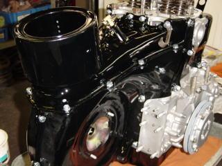 そのクーリングファンを中に入れたエンジンカバーをエンジン本体に組み付けます。
