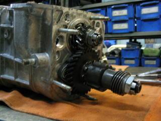 セカンドギア、インナースリーブ、スピードメーターギア、カウンターセカンドギア等を組み付けます。