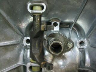 オイルシールを入れ替えたメインシャフトホルダー、洗浄&リペイントされたクラッチアームを組み付けたフライホイールハウジング。