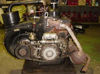 ボディから降ろしたオーバーホール前のエンジン。(Fタイプ)