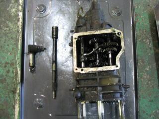 カウンターシャフトからクラッチインプットシャフトを切り離しセカンドギアケースからスピードメーターギアを外します。