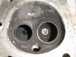 燃焼室のアップ。右穴のインテークポートも真っ黒です。