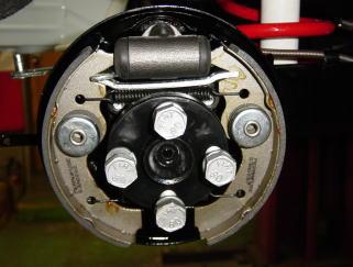 リアホイールシリンダー&ブレーキシュー&アクスルシャフトを組み付けました。ドラムボルトは再メッキしてあります。