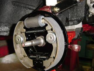 フロントブレーキバックプレート&フロントホイールシリンダー&ブレーキシューを組み付けました。