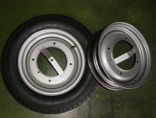 オリジナルサイズ(125-12)の新品タイヤと新品ホイールです。細身のタイヤがピッタリです。