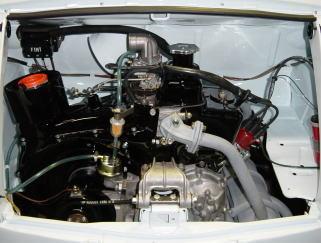完全にオーバーホールしたエンジンを積みます。