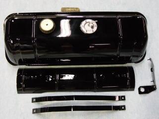 フューエルタンク、タンクガード、タンクバンド、ブレーキリザーバータンクホルダーは全てサンドブラスト後、黒塗装の上からクリアーを塗ってあります。