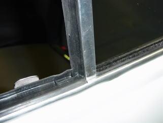 三角窓のウェザーストリップゴム&ドア周りのゴム類は全て 新品に交換します。