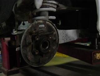 ベース車の足周りの状態(仕上げ前)。 ブレーキダストやグリース汚れが目立ちますね。